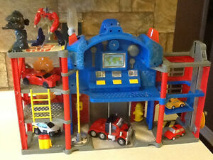 TRANSFORMERS ELECTRONIC FIRE STATION WITH EXTRAS London Ontario image 3