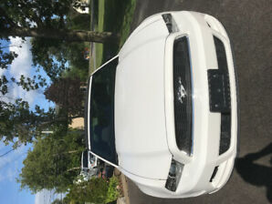 Ford Mustang 2013 convertible blanche
