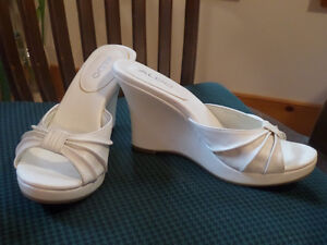 Beautiful white leather wedge slides make your feet look small Sarnia Sarnia Area image 1