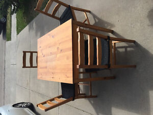 BEAUTIFUL WOODEN KITCHEN/DINING TABLE WITH 4 CHAIRS