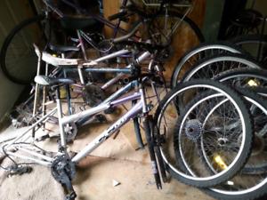 Lot de pièces de vélos et vieux vélos  $25. pour tout !