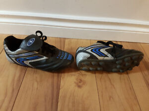 Boys size 3 soccer shoes cleats