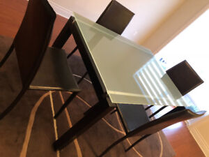 Structube table and chairs / table et chaises