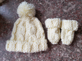 0-6 months hat and mittens set. New. cream. Hand knitted