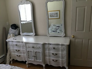 Beautiful white bedroom set, gorgeous lines and detailing $400
