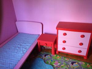 Très beau Lit jeune fille rose marque Mammouth du Ikea