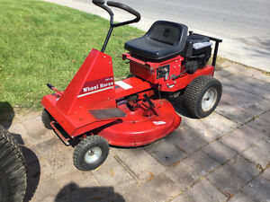 White Lawn Tractor---Wheel Horse Lawn Tractor