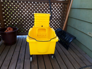 Janitor mop bucket with wringer