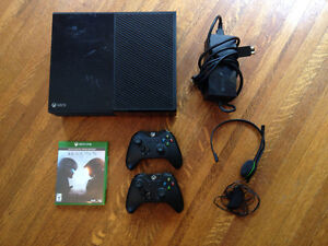 Xbox One 500 GB with Halo 5, Two Controllers & Mic