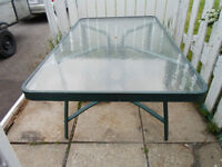 Table de patio en vitre 35$