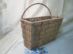 Basket that can hang on the wall or fence