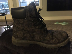 BLACK TIMBERLAND BOOTS WITH GREYSH PAISLY LIGHT PRINT ON TOP