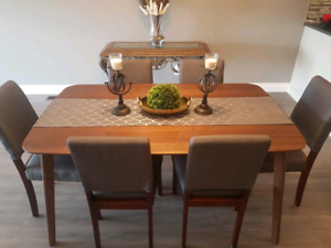 Brand New Structube Dining Table and Chairs