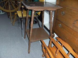 Petite table antique en bois