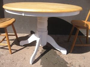 GOOD SOLID PEDASTAL TABLE WITH 2 CHAIRS. [FIRM]