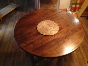 """42"""" Round Wooden Dining Room Table / 42'' Table à dinner"""