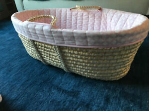 Wicker Bassinet with 2 sheets