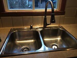 Lavabo double avec robinet de cuisine