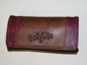 WALLET WITH MANY COMPARTMENTS