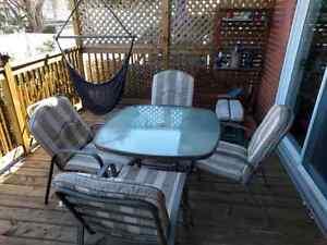 Table de patio en métal et vitre avec 4 chaises et coussins