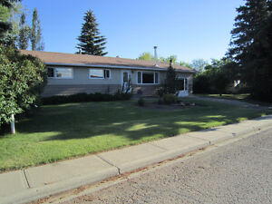 Beautiful family home, 2 garages in Trochu