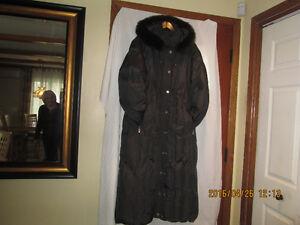 Manteau long pour dame en duvet de couleur brun