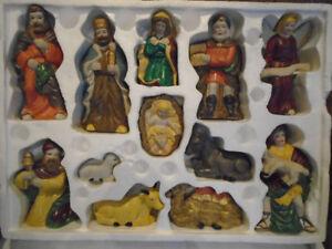 12 personnages de la crèche de Noel  en  porcelaine