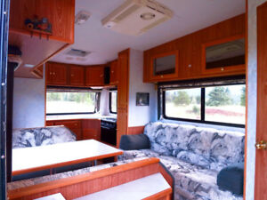 Go exploring with this 2001 Frontier 5th wheel