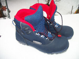 ROSSIGNOL CROSS COUNTRY N N N   SKI BOOTS ,LIKE NEW ..