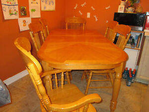 Solid Oak table with leaf and 6 chairs - excellent condition