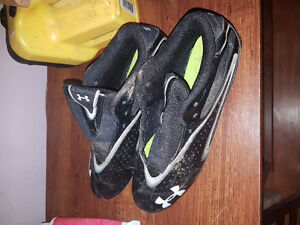 Men's size 9.5 under armour football cleats
