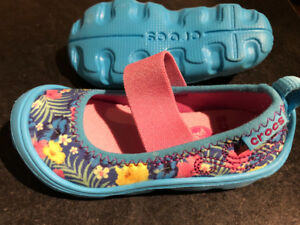 New Crocs Girls Size 7 Shoes Blue with flowers