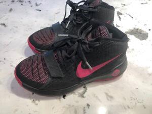 Girls Nike basketball shoes like new size US 5Y