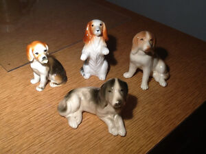 4 figurines de chiens/ 4 dogs figurines