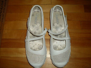 Souliers SKETCHERS shoes size 9 like new!