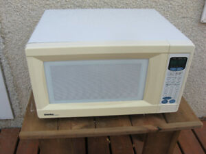 MICROWAVE OVEN  by  DANBY