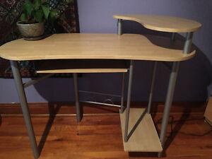 Table d'ordinateur bureau d'études très propre