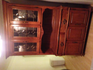 BEAUTIFUL WOODEN MINT CONDITION CHINA CABINET