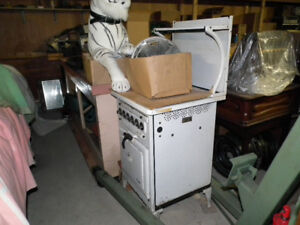 VINTAGE  ELECTRIC  STOVE  WITH  WARMING  SHELF .