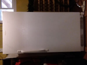 Congélateur vertical de marque Frigidaire.  18 pieds cubes.