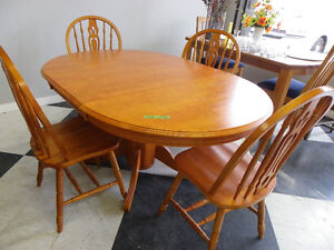 Wood Round Table / 4 chairs