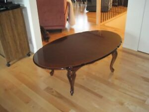 Belle table basse ovale,  antique