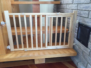 Baby / pet security gate for stairs with door