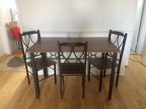 Belle table en fer et mélanine (imitation de bois)
