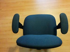 Chaise de bureau à roulettes / accoudoirs