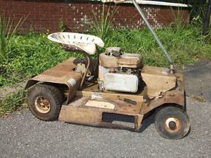 Petit tracteur à gazon antique