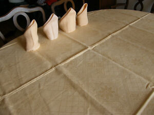 Linen table map with 4 napkins