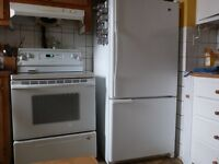 Maytag refrigerator + Kitchenaid stove like new  / frigo+poele