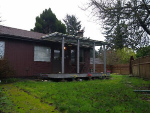 Bright Comfortable, 2 BEDROOM COTTAGE & PRIVATE YARD.