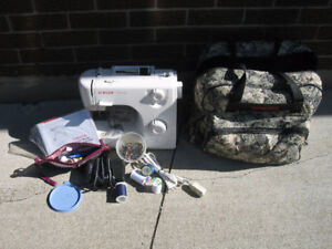 SINGER SEWING MACHINE WITH CARRY BAG & EXTRAS.